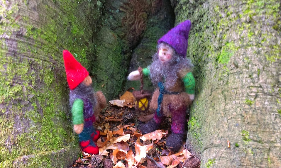 Elf and gnome in conversation